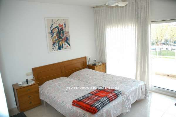 01185 - Relax and enjoy beach front life in Palamós in this duplex apartment